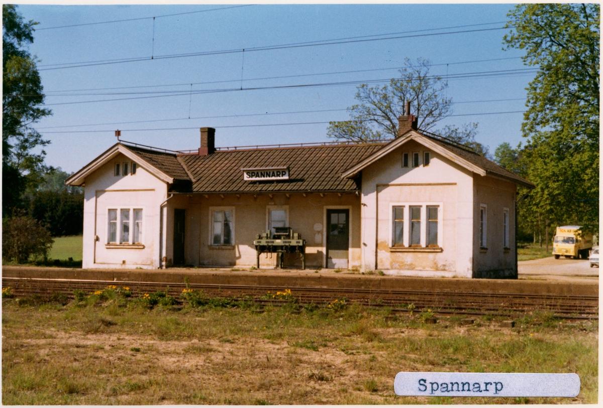 Station från 1875. Detta ombyggdes senare och revs våren 1975. Kvar finns godsmagasin och  lastkaj,  i söder låg personalbostad. Numera privatbostad. Persontåg upphörde 28 maj 1967. Envånings stationshus i sten med två gavlar mot banan.