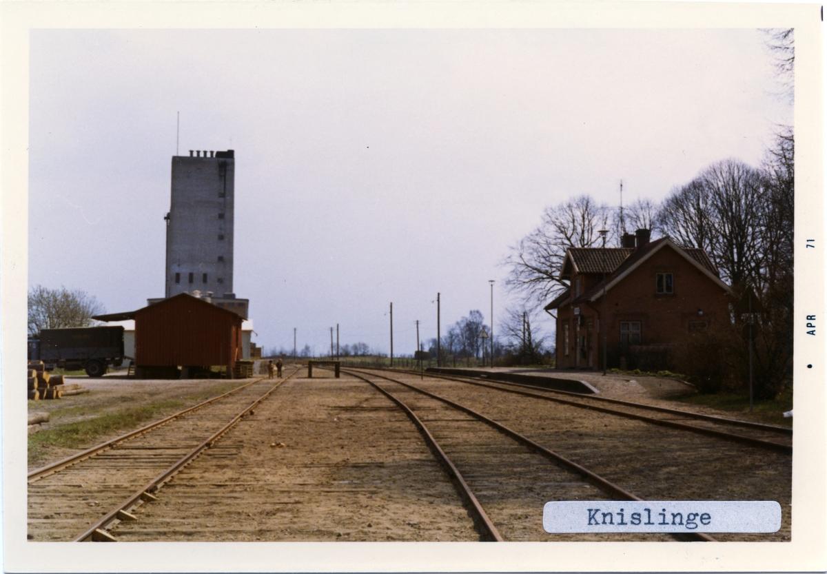 """Stationen byggd 1885. Stationshuset är ett en- och enhalvvåning i tegel  Namnet var före 1934 -01-01 Vanås. """"Rött tegelhus i 1 1/2 plan, välbevarat. I skylten på spårsidan var det gamla namnet Wanås fortfarande läsligt bakom Knislinge vid besök i augusti 2009. Vid den tiden användes huset av Röda Korset. Lite smådetaljer från järnvägstiden fanns sparade på spårsidan"""" enligt Banvakt.se"""