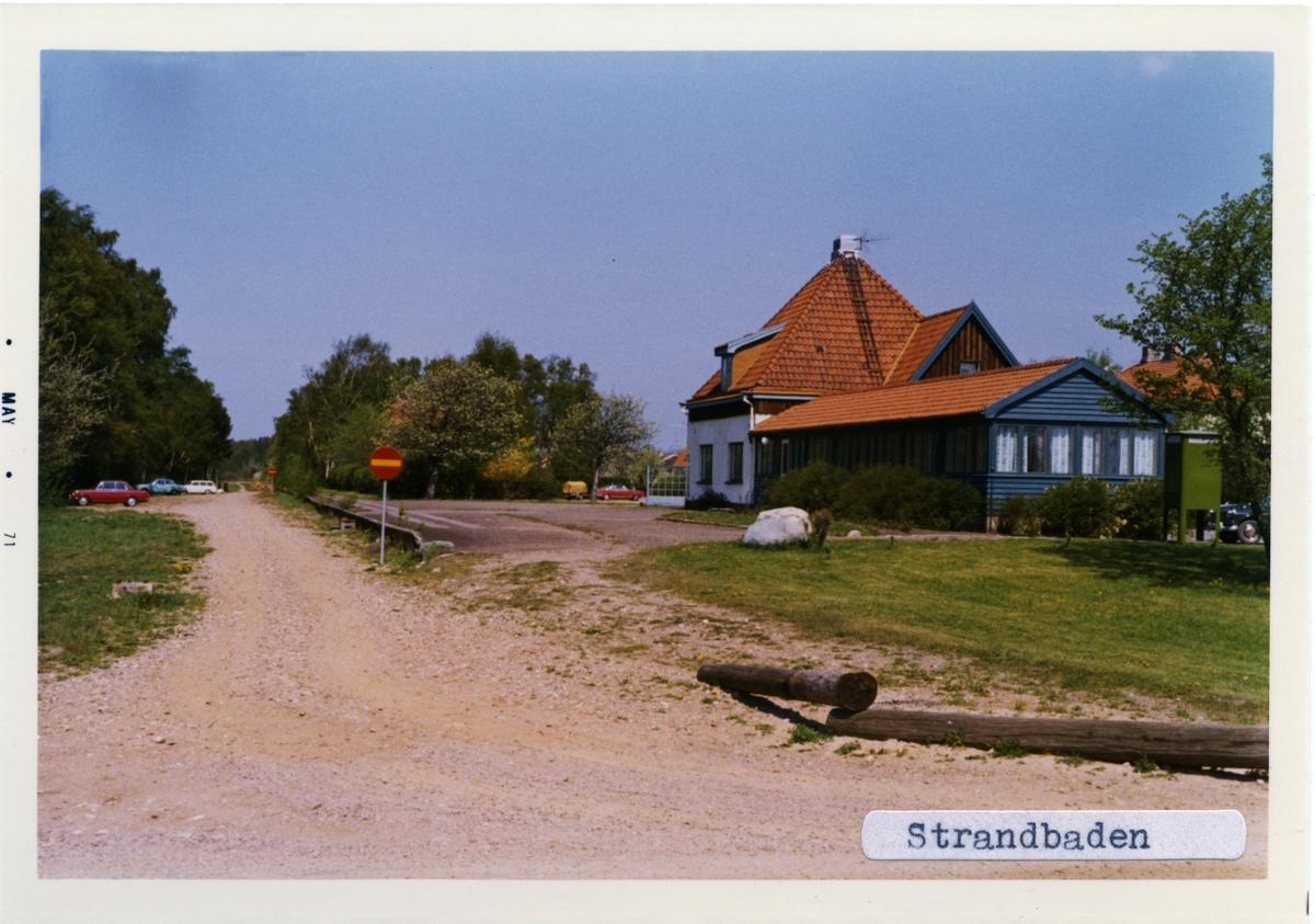 Trafikplats anlagd 1909. Fyrkantigt, putsat stationshus med spetsigt tak. Väntsalen omändrades 1937