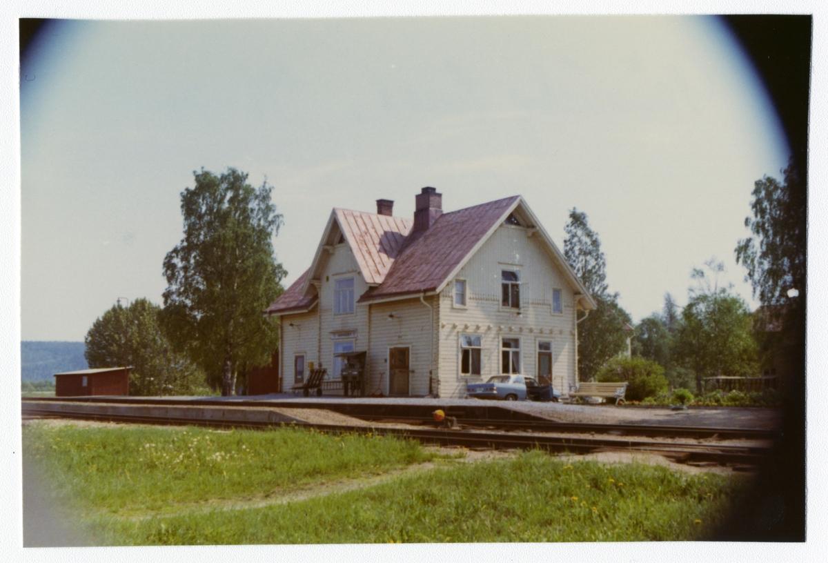 SJ, Statens Järnväg. Stationen byggdes 1899. Stationen hette Spöland fram till 1940-05-14.