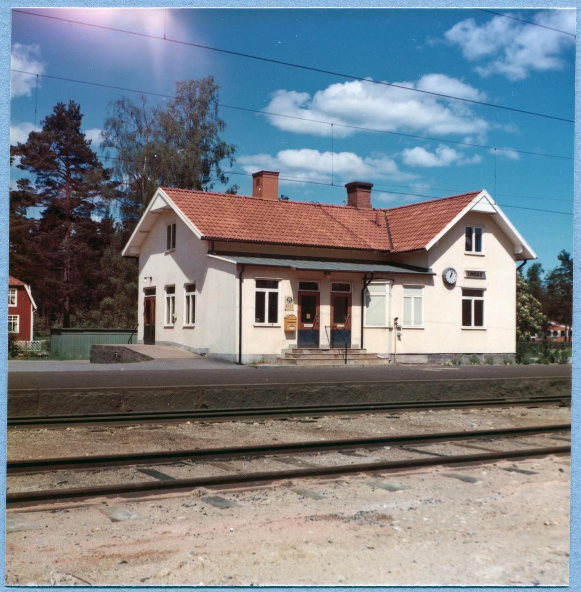 Station anlagd 1875. Nuvarande stationshus, envånings i trä, byggt i vinkel, uppfört 1902.