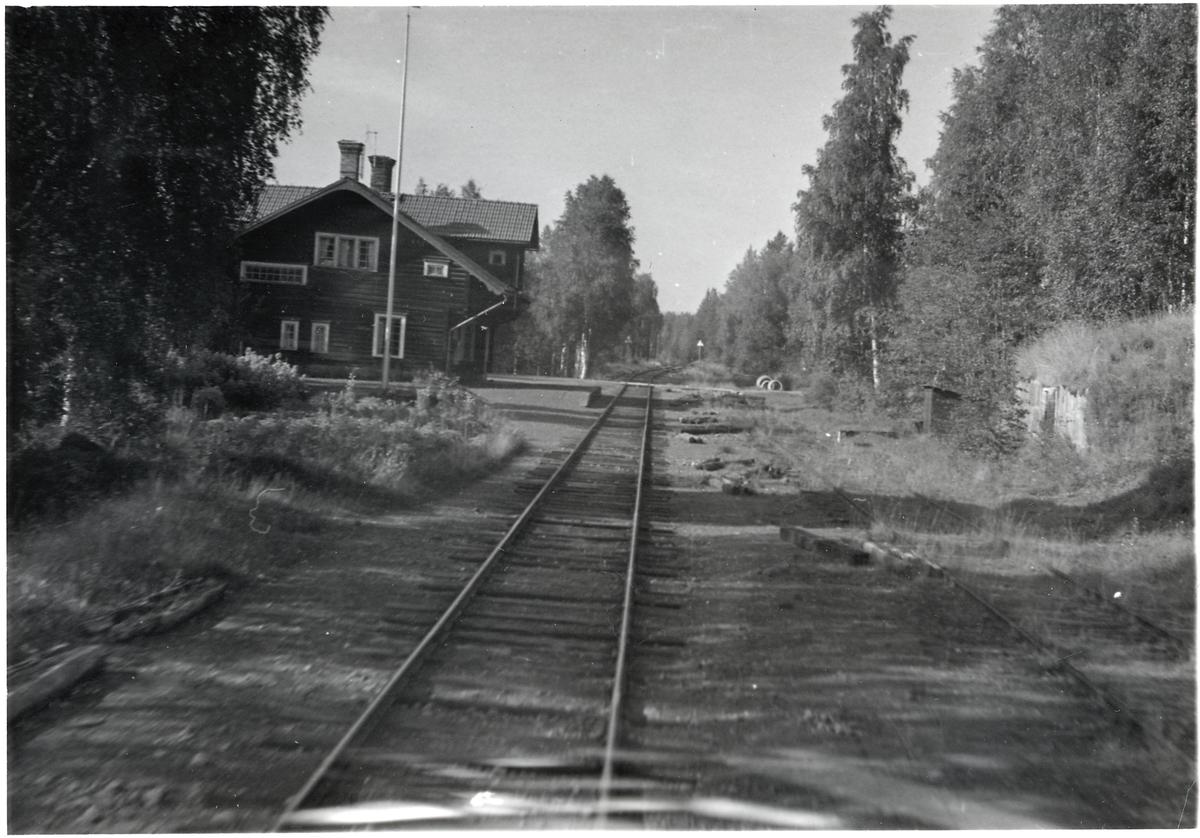 Vid en stations någonstans på sträckan Vansbro - Särna - Mora - Älvdalen.