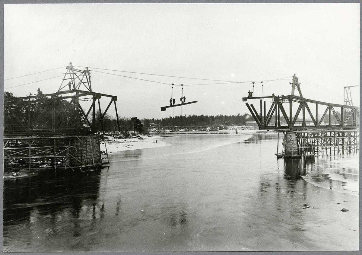 Banbyggnad av Ostkustbanan. Brobygge över Ljusnan.