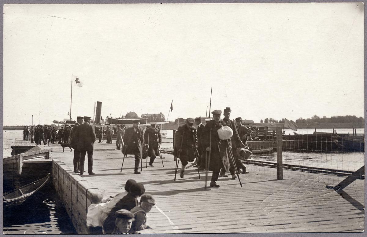Skadade krigsfångar vid Haparanda Skeppsbro under Första världskriget. Dessa kom sedan att transporteras med tåg från Haparanda genom Sverige och sedan vidare till kontinenten.