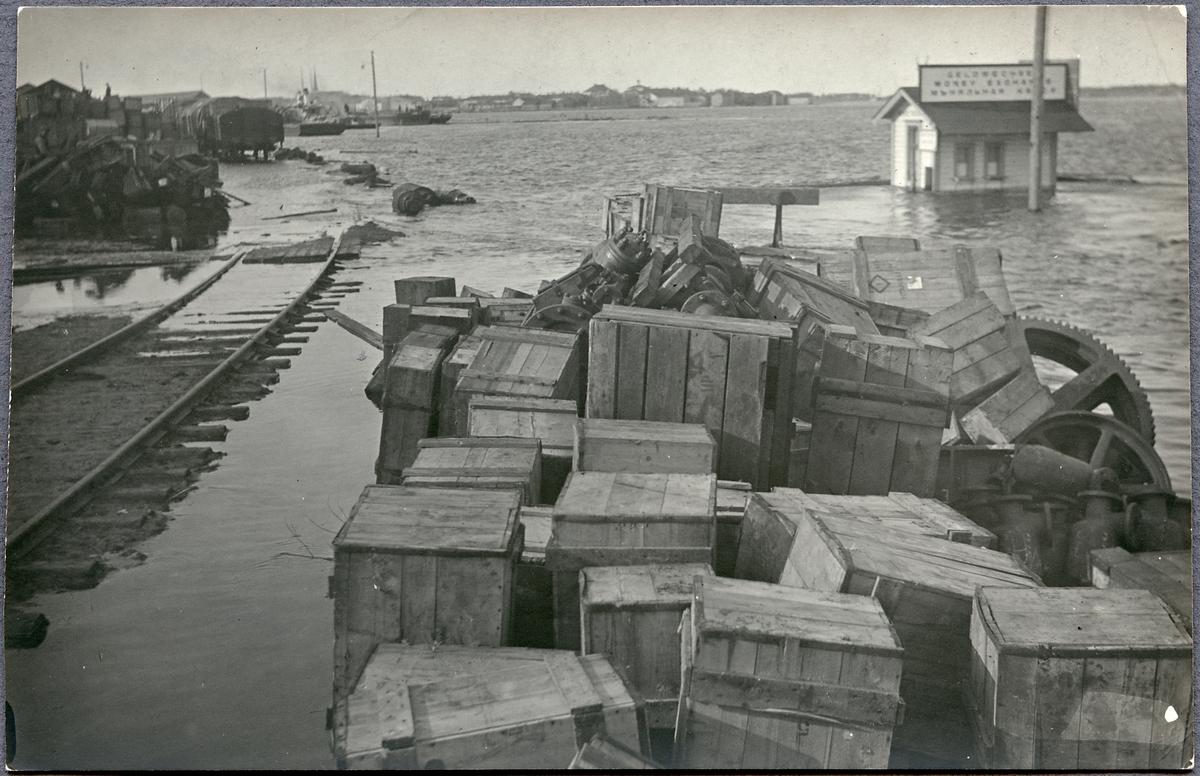 Godsupplag vid Haparanda hamnstation under översvämning.