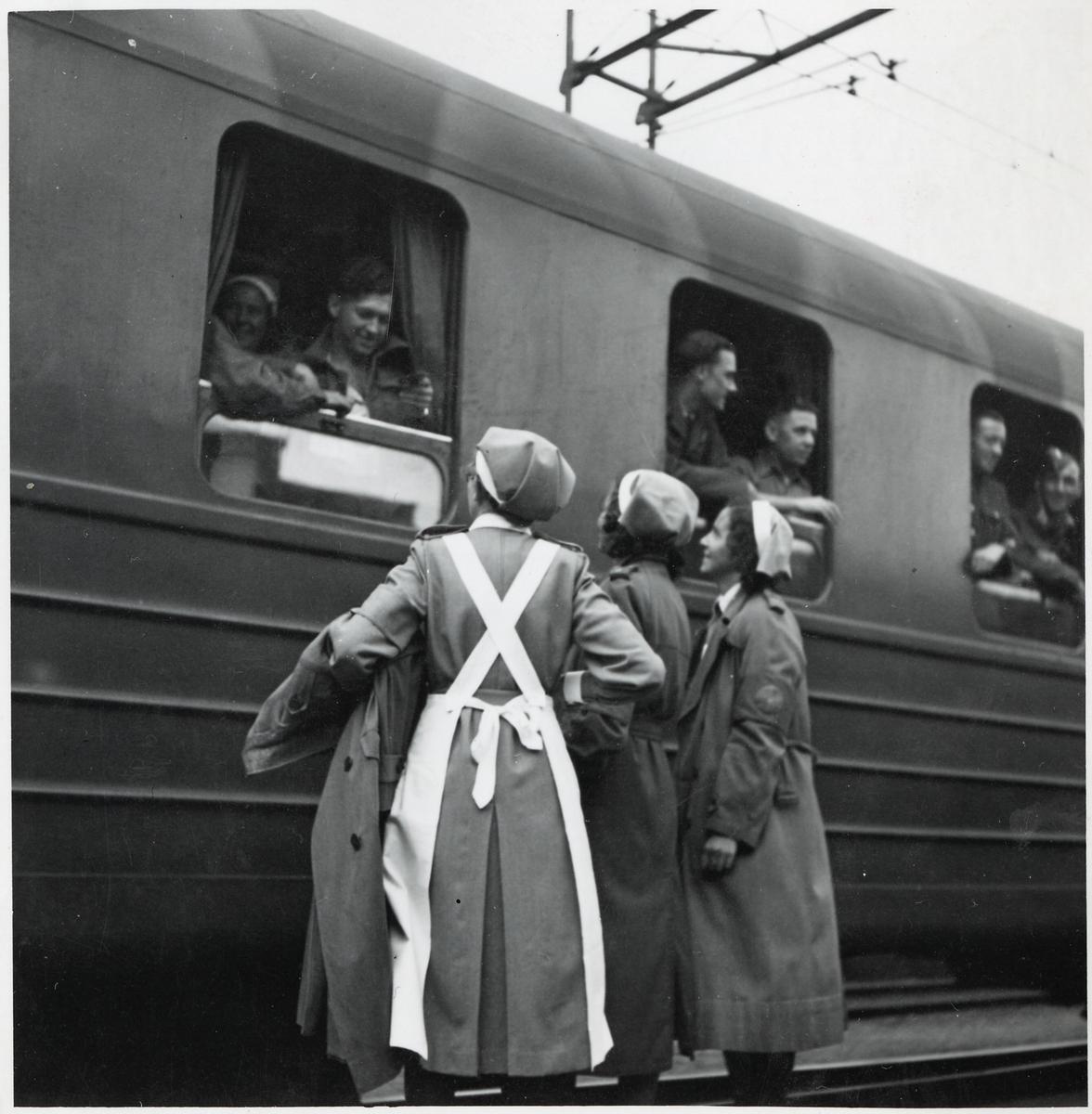 Allierade krigsfångar i samspråk med svenska lottor i Trelleborg.