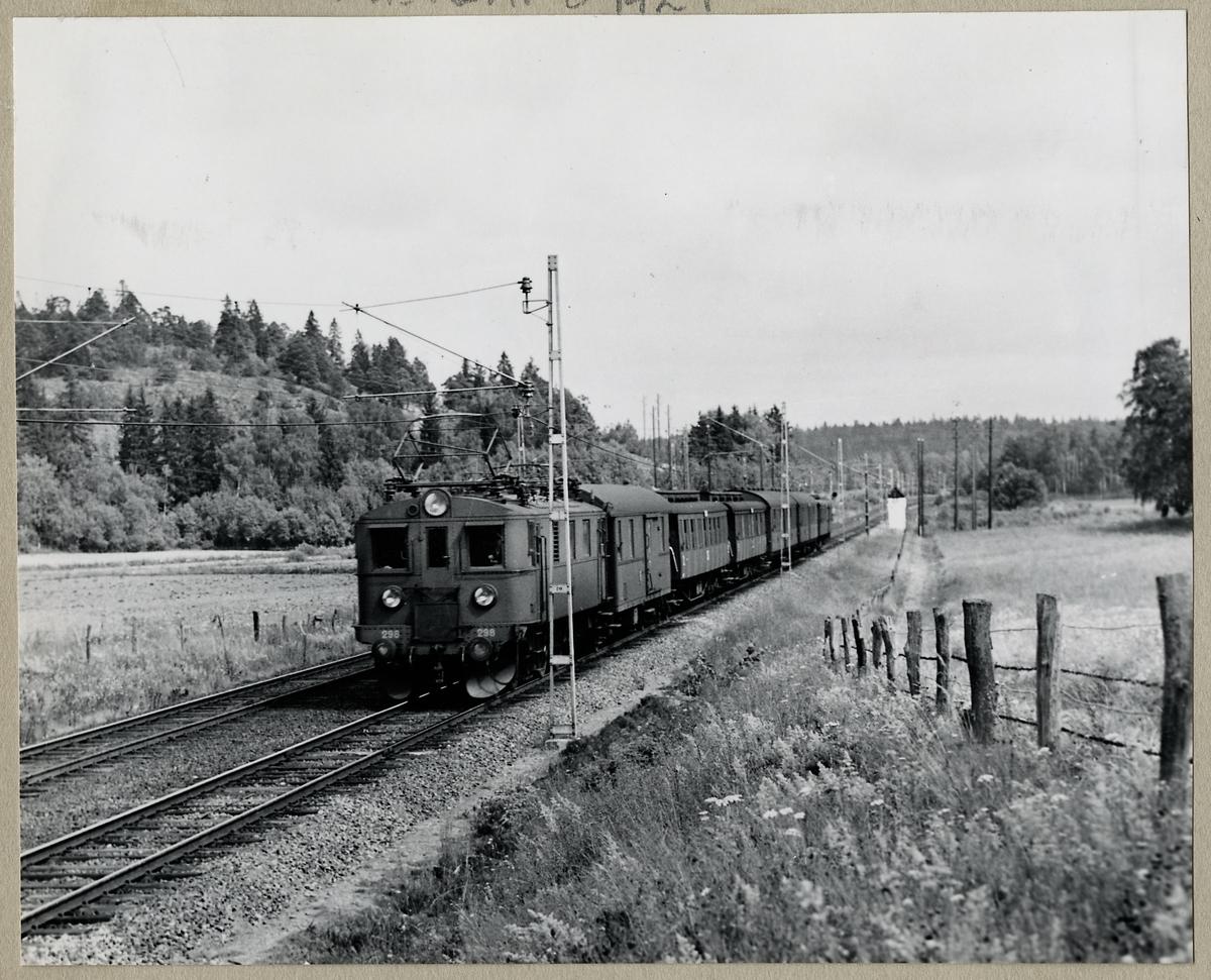 Strax norr om Östertälje. Statens Järnvägar SJ D 298 med persontåg, vagnarna, SJ F5, BCo3, Co5, Co13, Co13 och CFo5/BFo5.