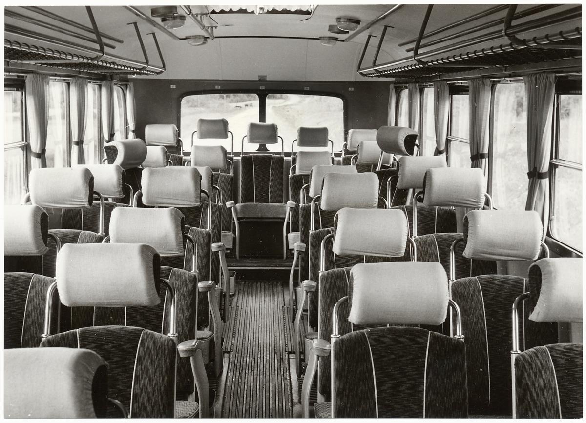 Interiör från en kombinerad linje- och turistbuss.