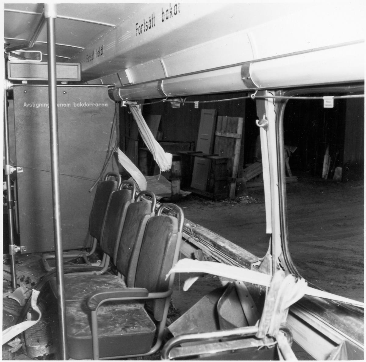 Skadad inredning på en buss.