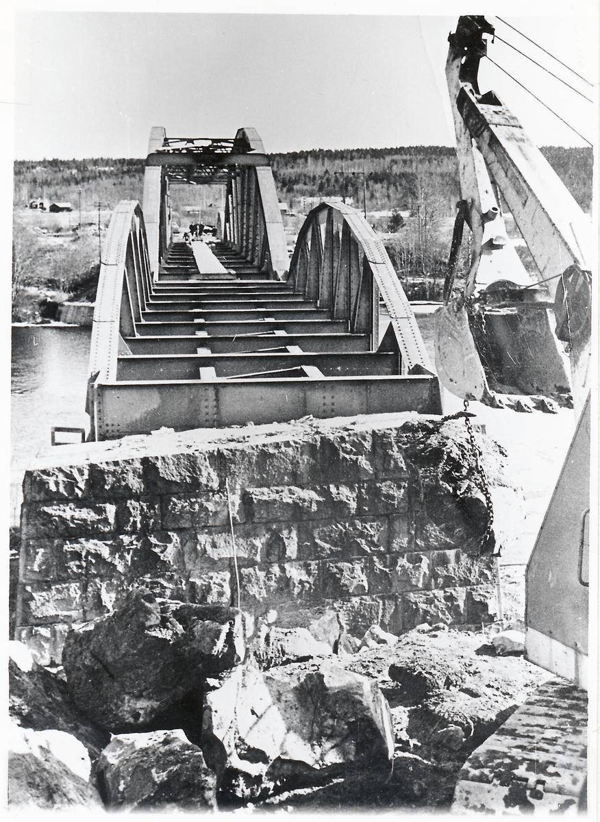 Bro över Dalälven vid Forshuvud, på linjen mellan Bomsarvet och Kvarnsveden. Byggdes om till landsvägsbro 1965.