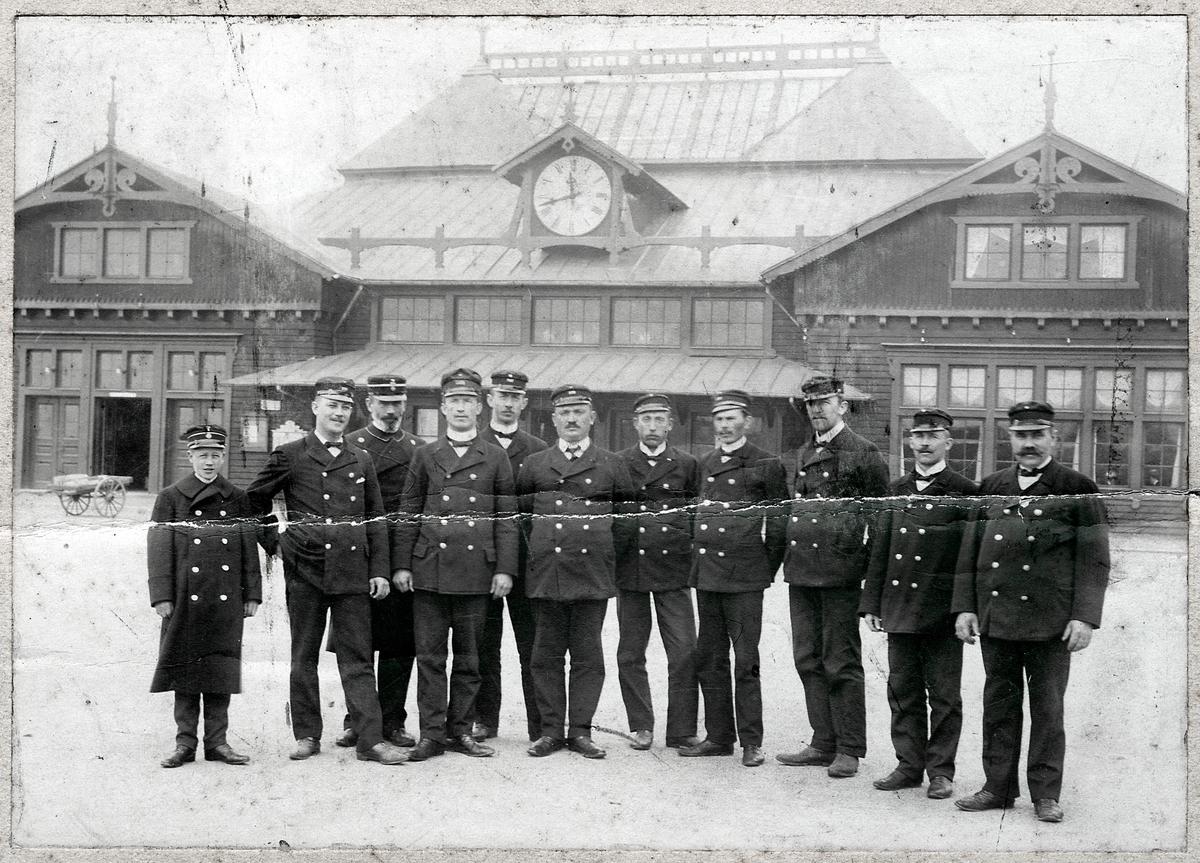 Gruppfoto på personalen vid Helsingborg F station.