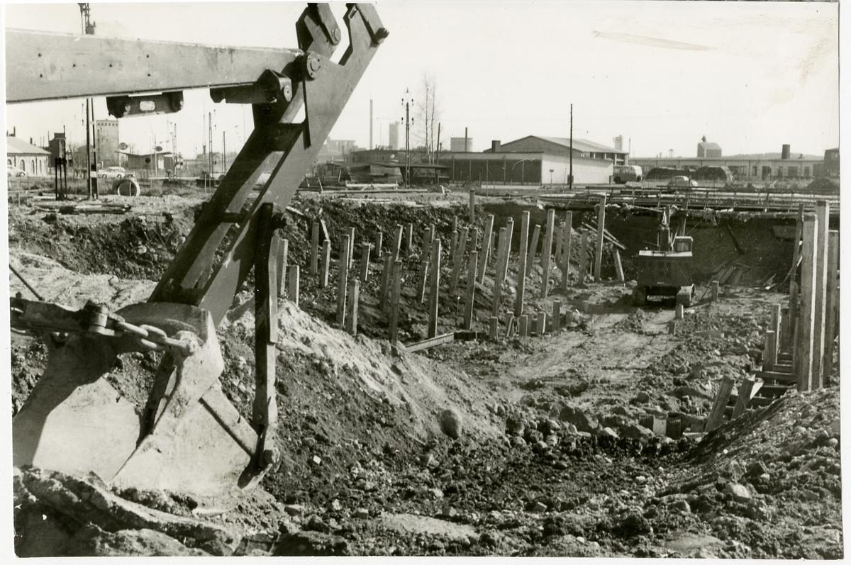 Byggarbetsplats med grävmaskiner.