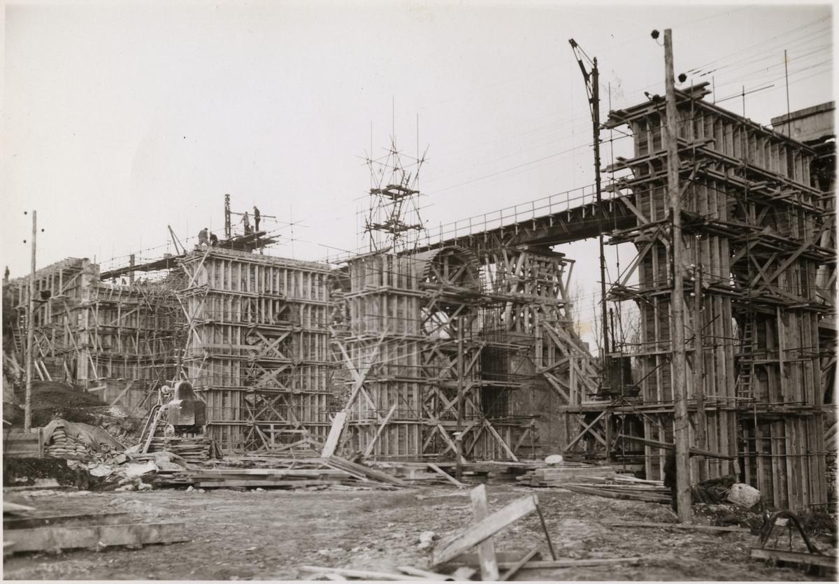 Vy över järnvägsbro vid bygge.