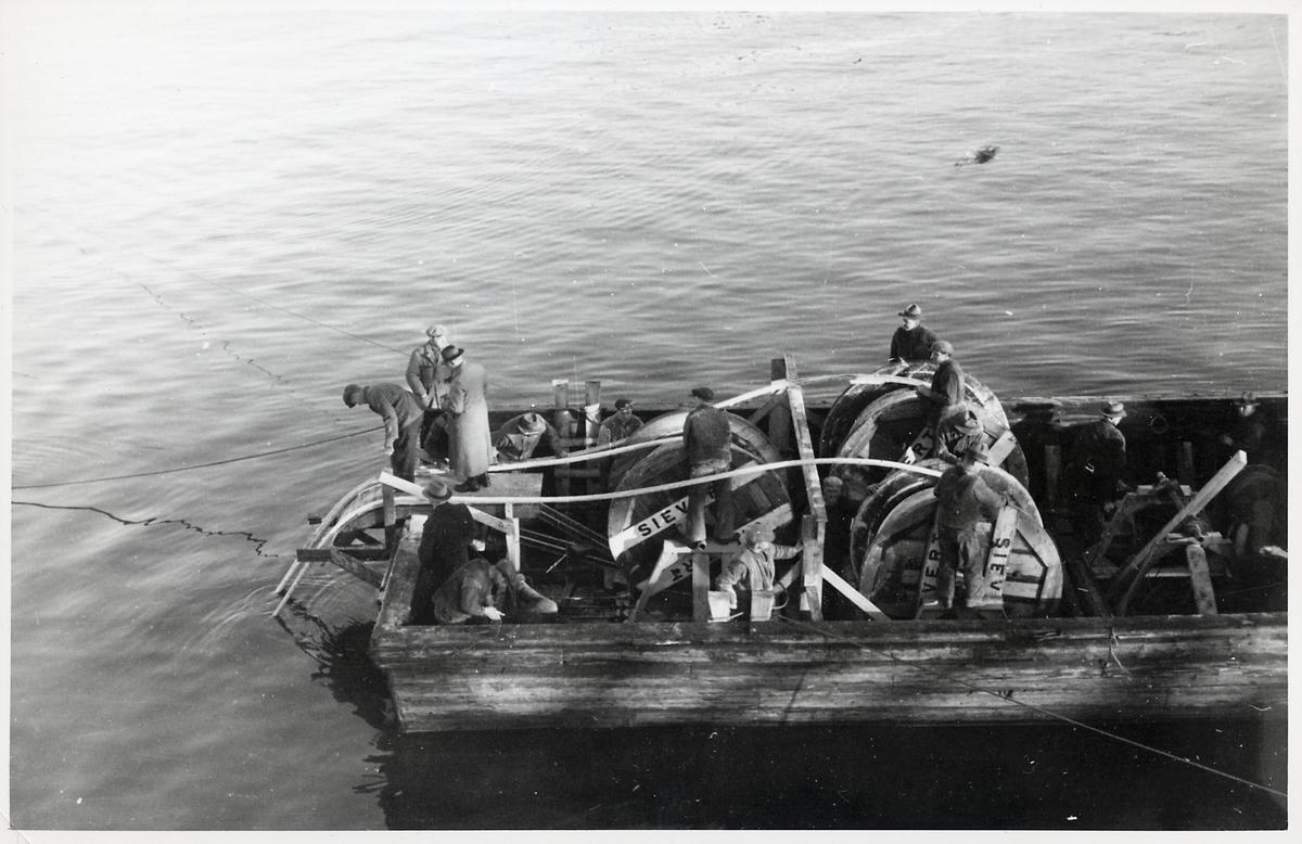 Kabelläggning från båt vid Marieholmsbron.