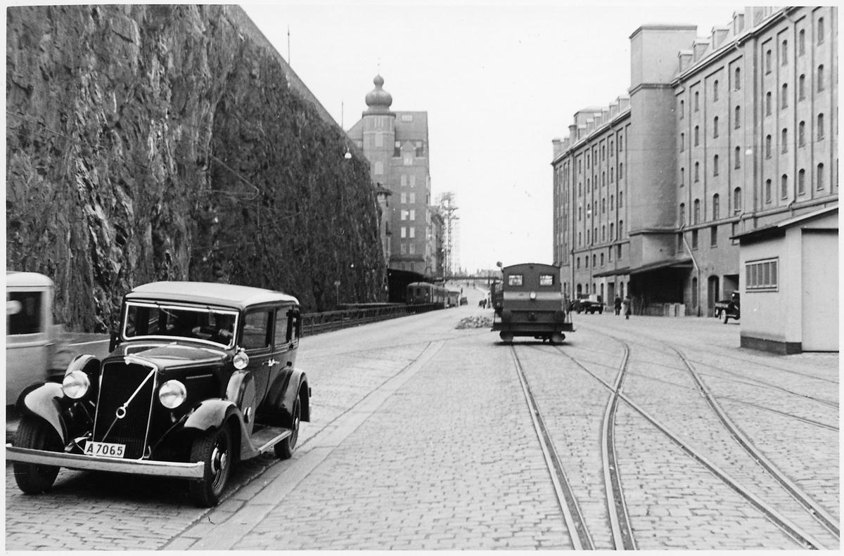 Saltsjöbanans station till vänster.