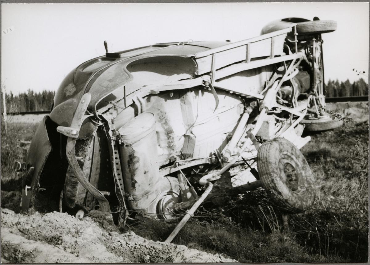 Rester av personbil efter tågkollision.