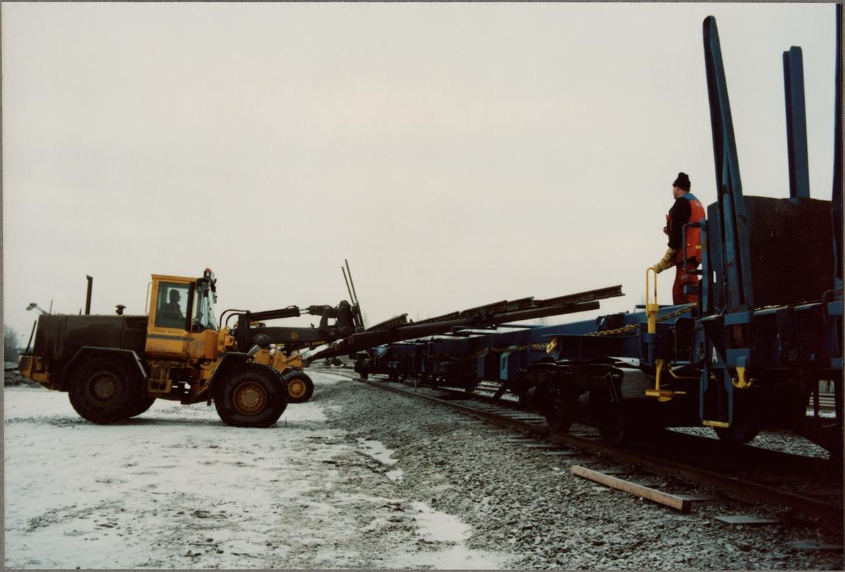 Lastning av växel till Statens Järnvägar, SJ Sklps 85-74-474 9 004-9, specialvagn för växlar, med hjullastare.