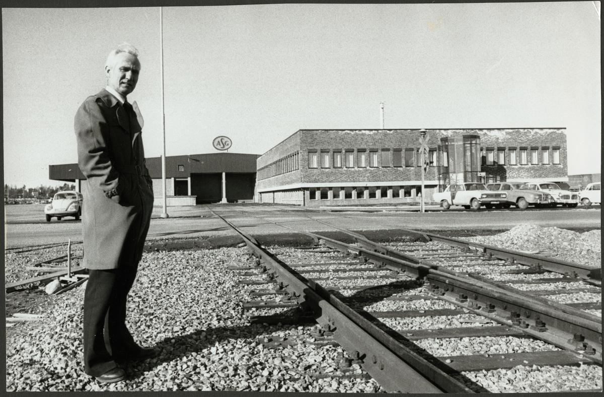 Torbjörn Lundberg framför en AB Svenska Godscentraler, ASG godsterminal.