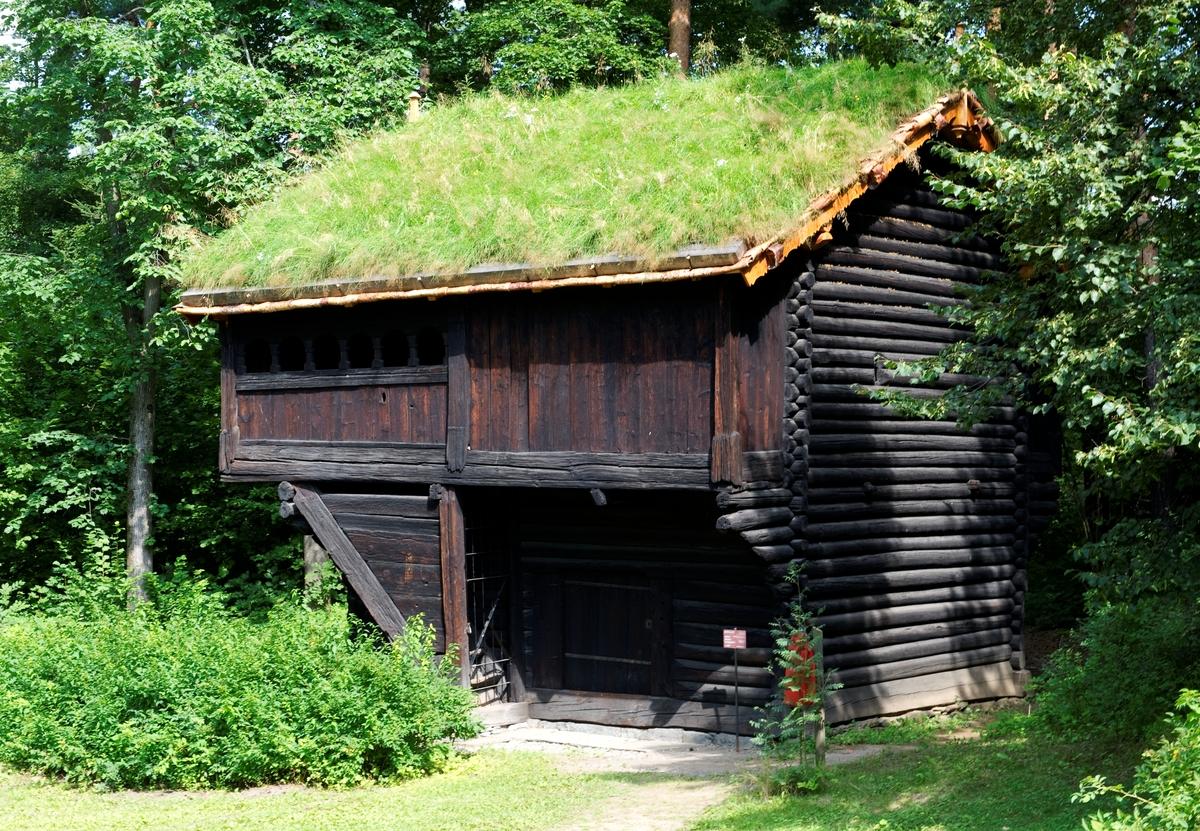 Ca.1300 Loftet er bygd av spinkelt tømmer i findalslaft. Siden hogget i overkant av stokken går helt inn til kjernen, har mange hoder sprukket. Denne svakheten lar oss studere den tekniske utførelsen av laftet. Svalen av stavverk går rundt loftsetasjen på tre sider og ender i en do på baksiden. Svalen får lys fra dvergarkader med romanske buer. Merker i veggene ovenpå viser at her har det vært soveplasser.  Norsk folkemuseums guidebok,  1996