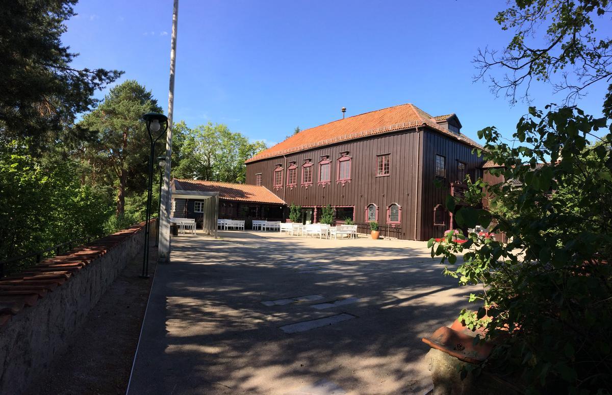 Gjestestuene på Norsk Folkemuseum, sommer, fra gårdsplassen