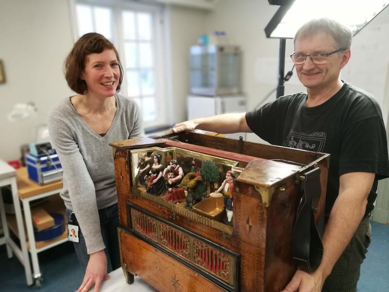 Orgelbygger Jann Magnar Fiskvik og materialkonservator Vera de Bruyn har god kjennskap til de innerste hemmelighetene til dreiepositivet . (Foto/Photo)