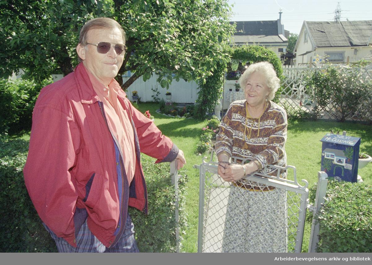 Etterstad kolonihage. Sølvi Mc. Cluskie og Sigmund Holme ønsker velkommen til åpen dag. 23. juni 1995