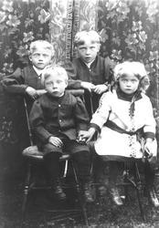 Stående fra venstre: Hermann Heitmann, f. 1908 Erling Heit