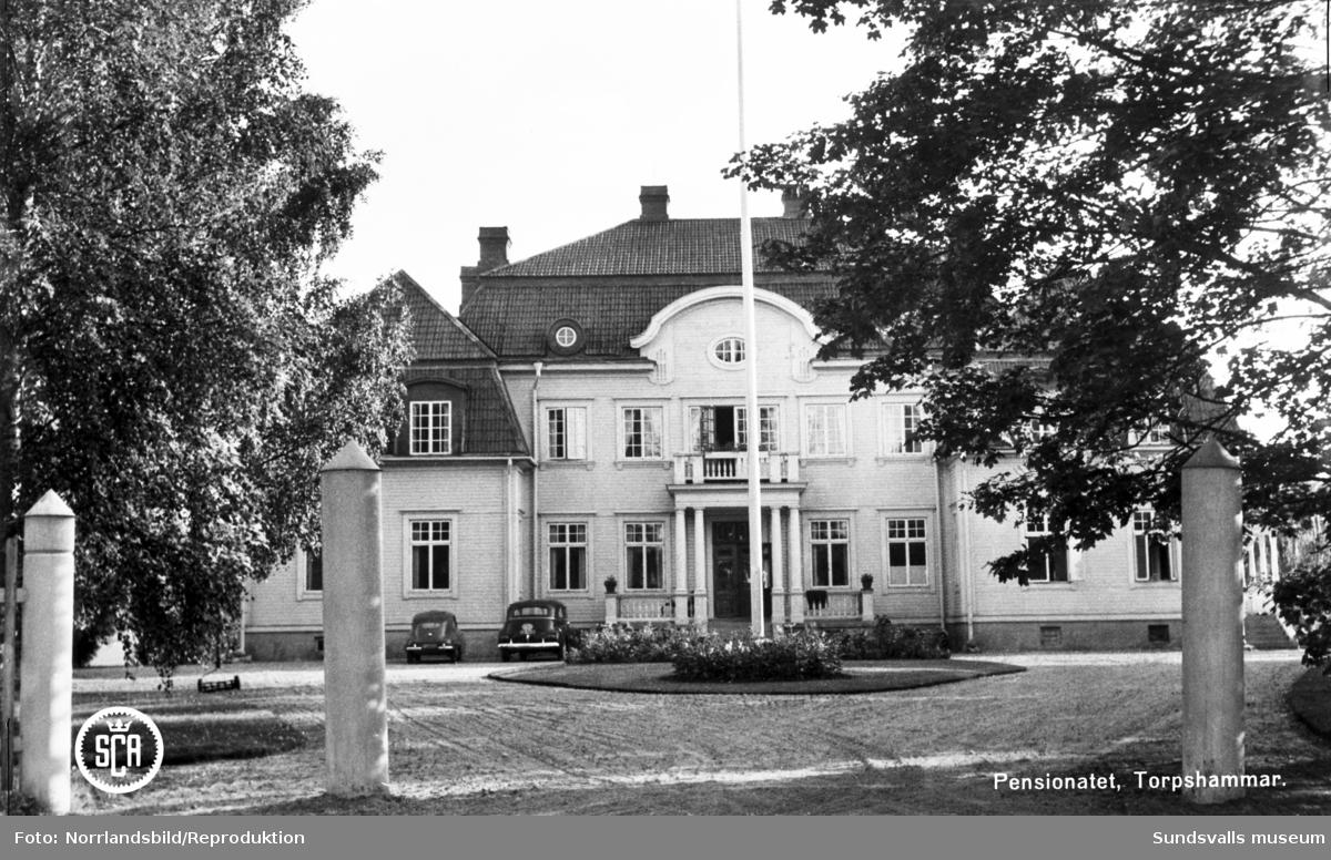 Pensionatet i Torpshammar (Torpshammars herrgård), exteriör och interiör. Reprofoto av vykort.