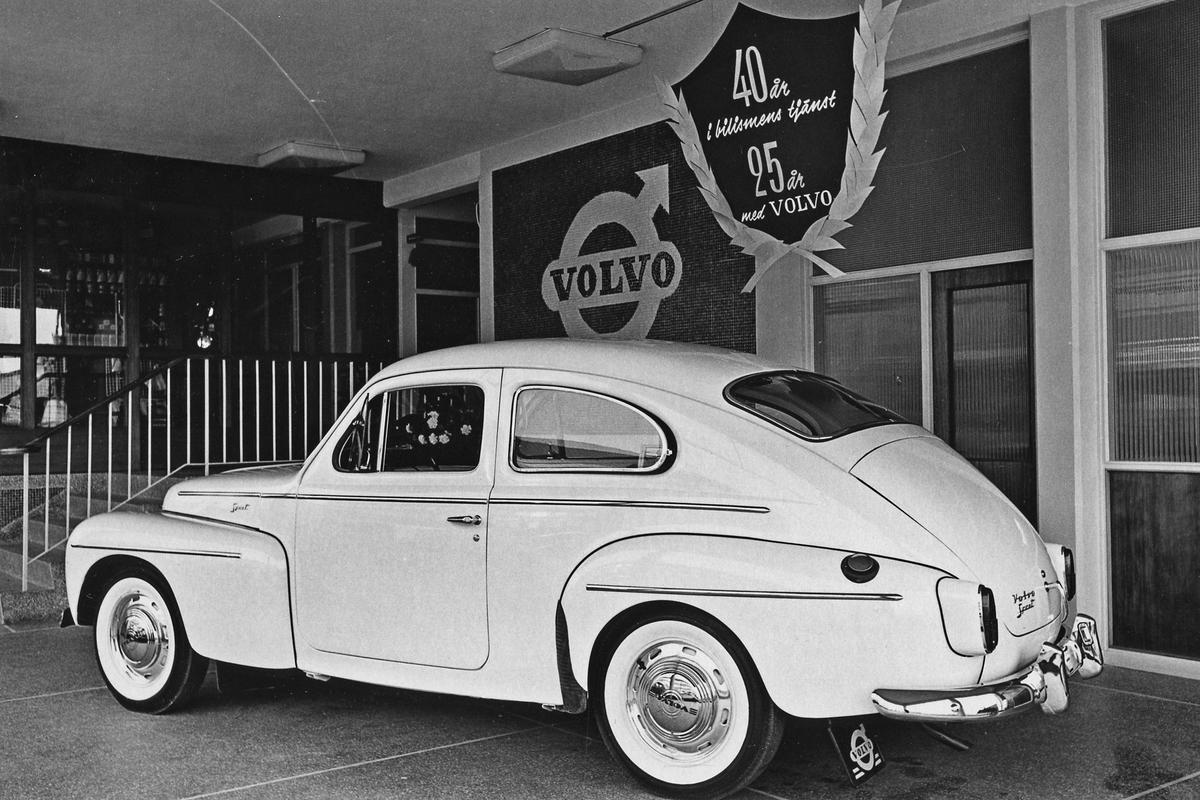 Två bilar, båda av märket Volvo, utställda på Bil och Motors 40-årsjubileum 1961. Fotot från Alingsås Tidning 1961.