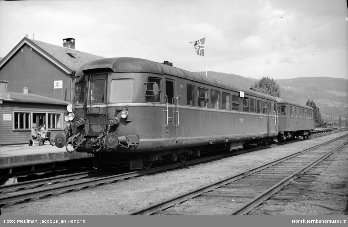 Motorvogn litra Cmdo 6 nr. 18263 og styrevogn litra CDFox4b nr. 18761 med persontog fra Drammen til Gol på Gol stasjon.