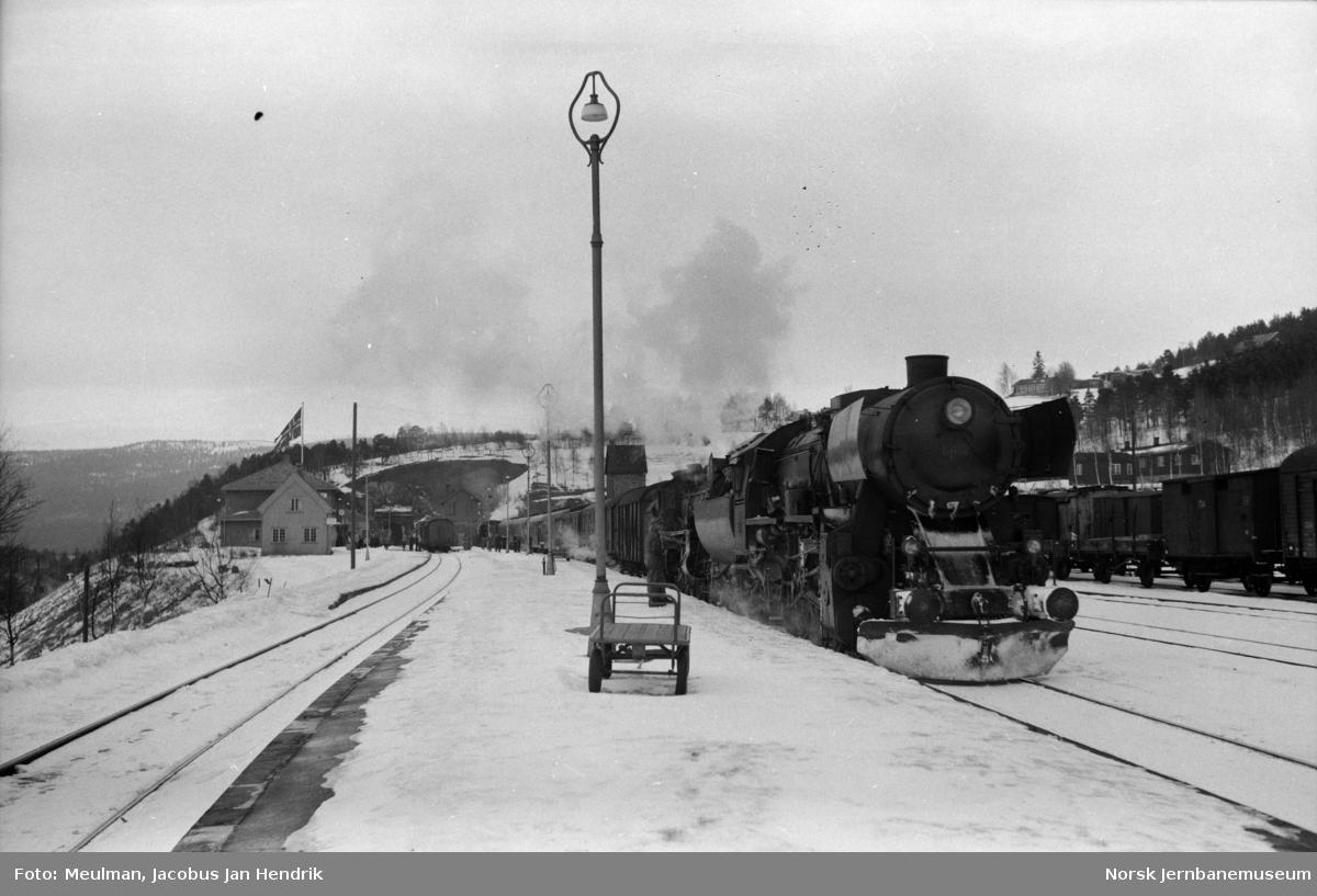Damplokomotiv type 63a nr. 6412 og damplok type 26c med dagtoget fra Trondheim til Oslo Ø over Dovre, tog 402, på Dombås stasjon.