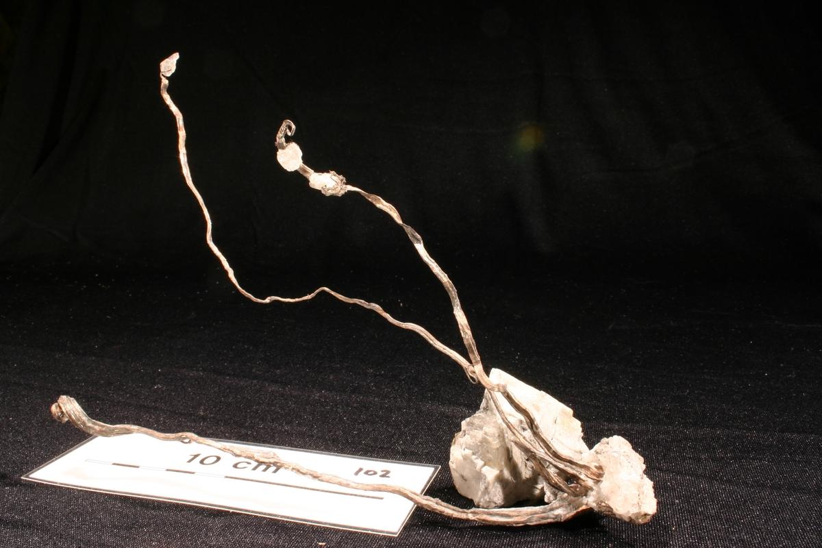 Tre lange sølvtråder på kalsitt Etikett: 324 Vekt: 65,97 g Størrelse: 17 x 15 x 3,2 cm