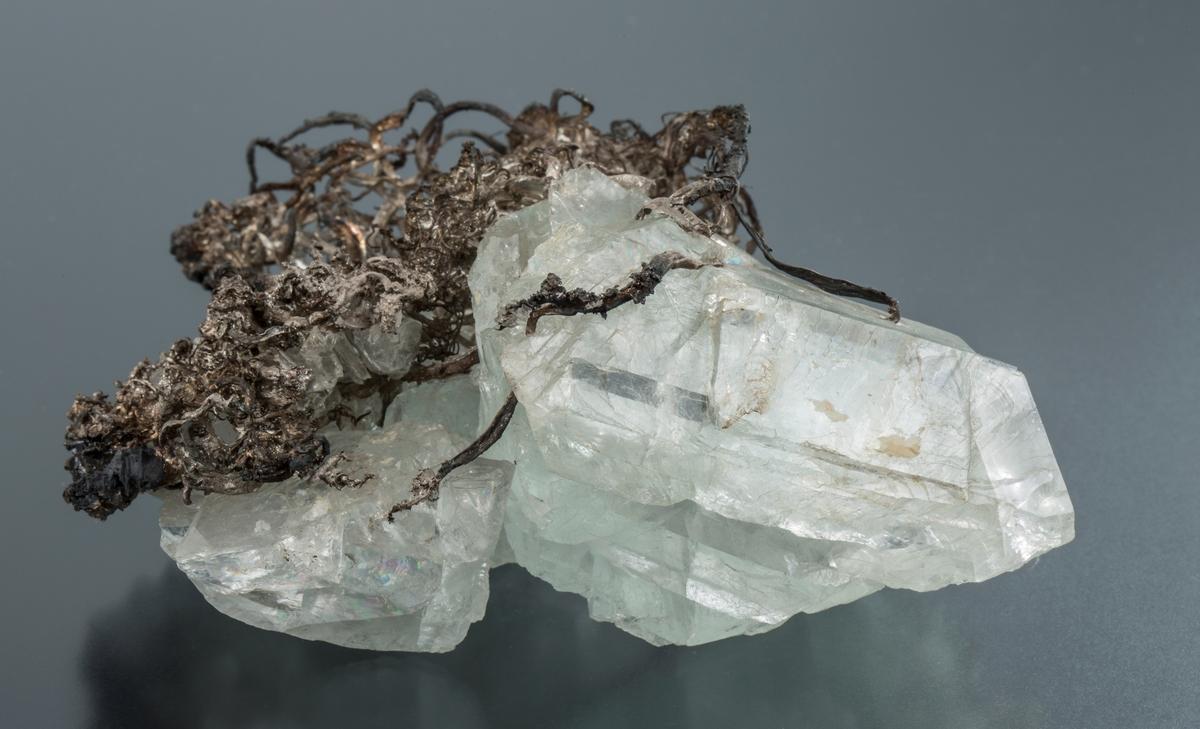 Sølvtråder med flusspat Vekt: 401,47 g Størrelse: 13 x 10 x 5,5 cm