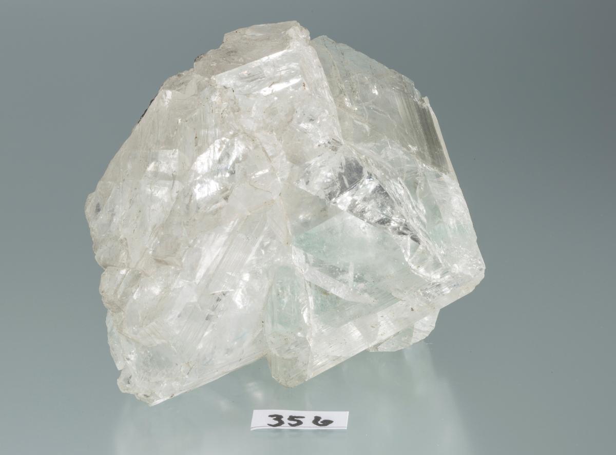 Stor singel-krystall, vannklar, litt svakt grønnlig, kullblende? Vekt: 736,71 g Størrelse: 9 x 8,5 x 7 cm