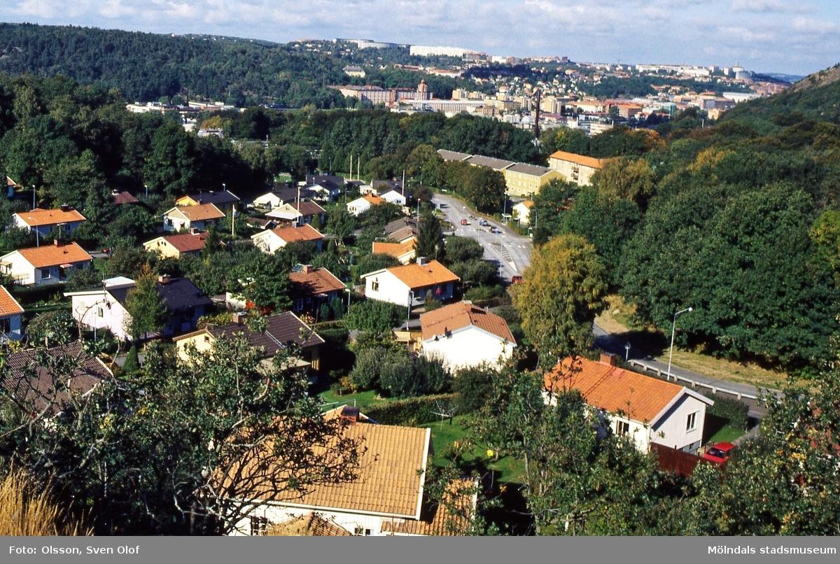 Vy över bostadsbebyggelse omkring Enerbacksgatan i Enerbacken, Mölndal, i september 1997. Till höger ses Gunnebogatans sträckning ned mot Lackarebäckshemmet i Lackarebäck. I bakgrunden till höger ses bebyggelse i Krokslätt, bland annat Krokslätts fabriker. D 28:30.