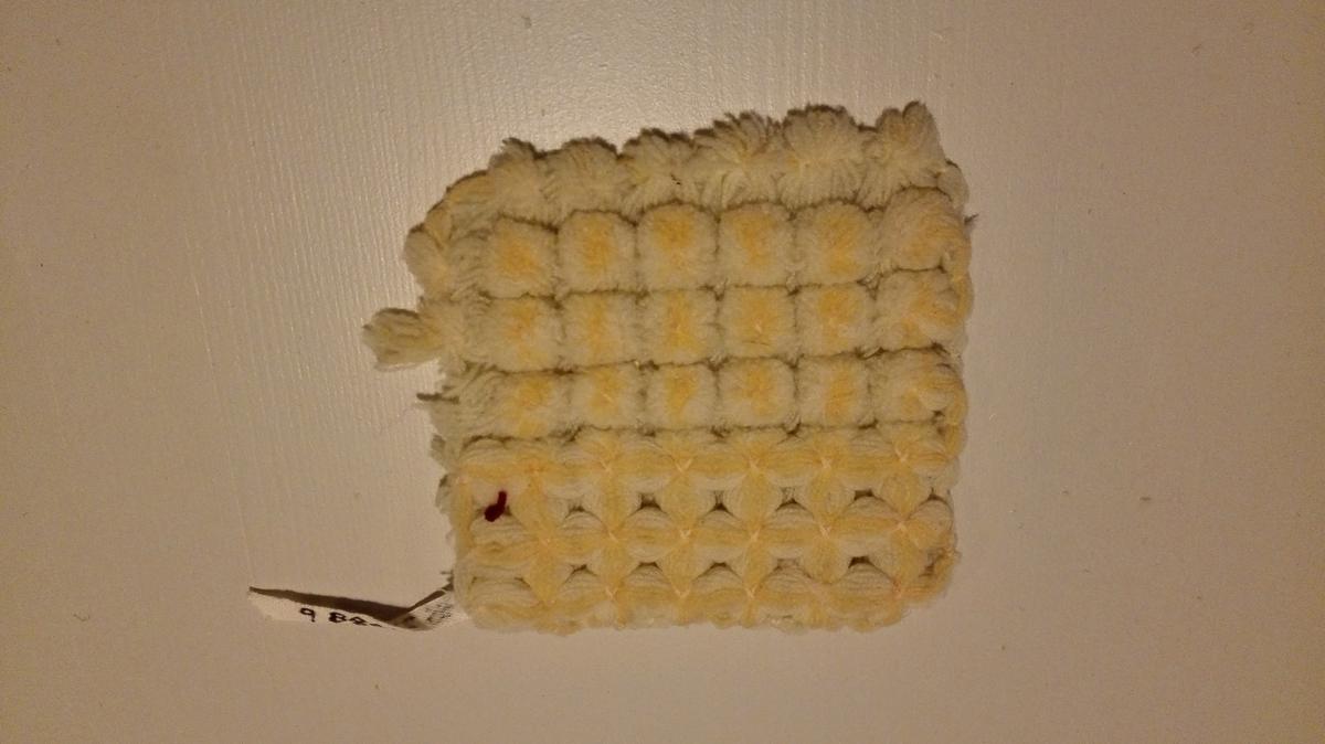 A) Laussnoa (S-snoa) ullgarn og silkegarn i knyteteknikk. B) Laussnoa (S-snoa) ullgarn i knyteteknikk. Denne teknikk i knyting brukt i seinare tid til m.a. barnevogsntepper. I eldre øvingsarbeid er teknikken kalla rytlingsarbeid. Det vart brukt eit rutepapir som hjelpemiddel. Utført av gjevars mor på Industriskolen.