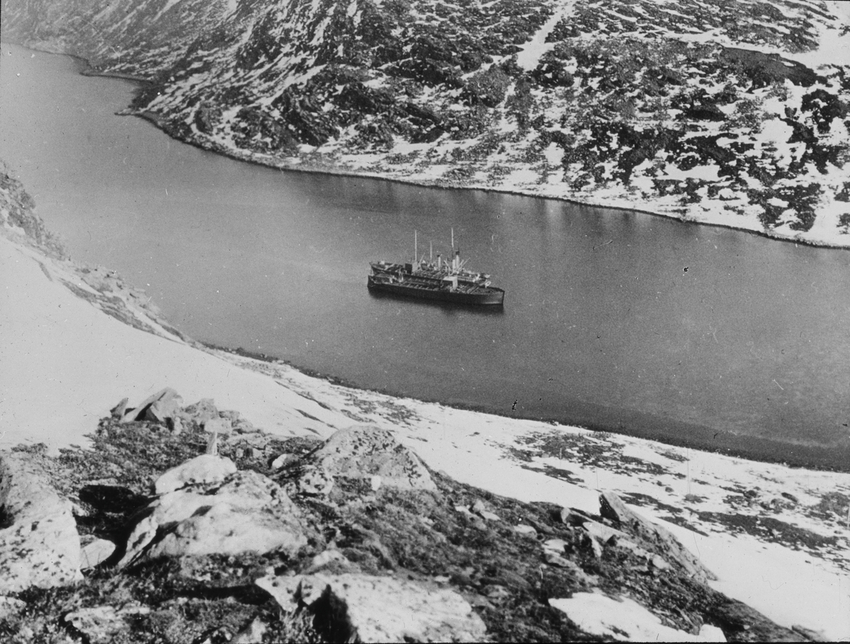 Oversiktsfoto av FRIDTJOF NANSEN, ligger i en fjord