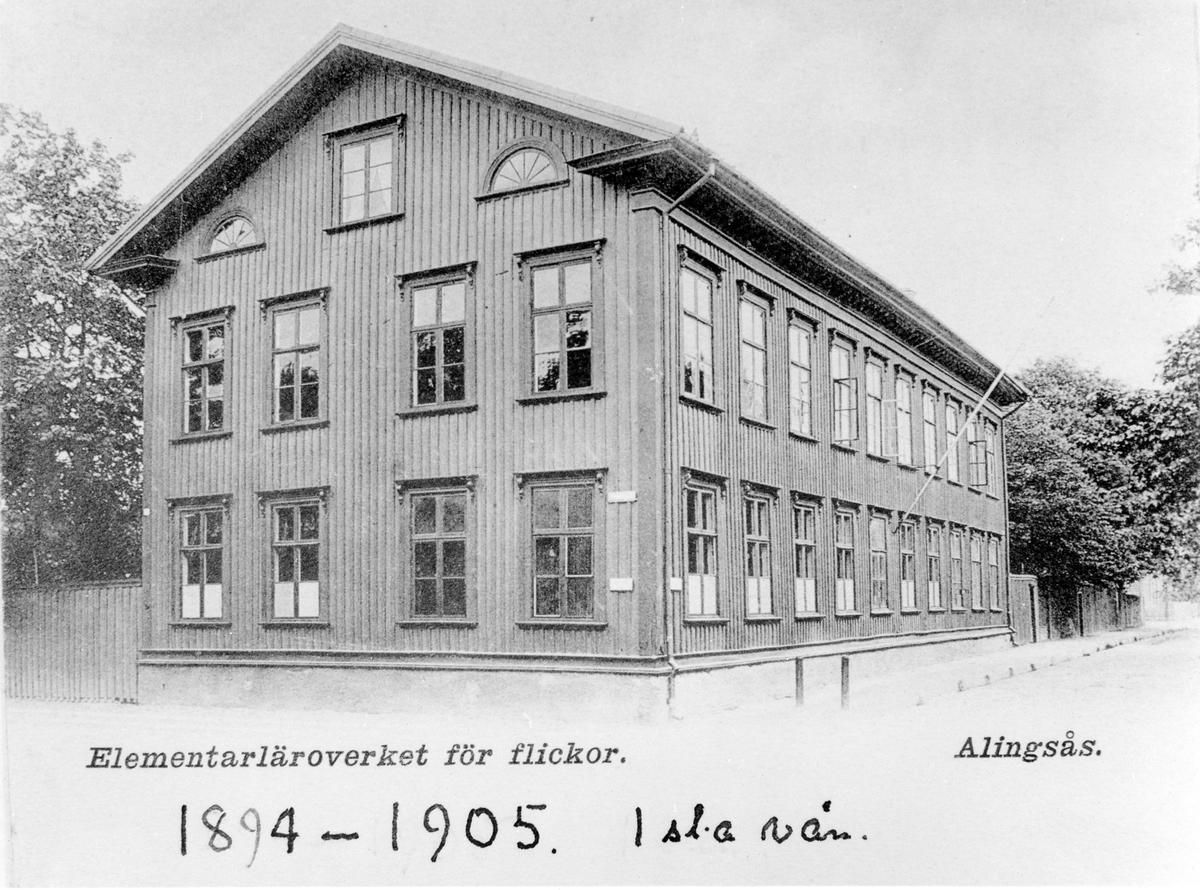 Vykort med motiv av elementarläroverket för flickor. Skolan var under åren 1894-1905 inrymd på första våningen i kvarteret Enigheten 4, hörnet av Östra Ringgatan och Kungsgatan.