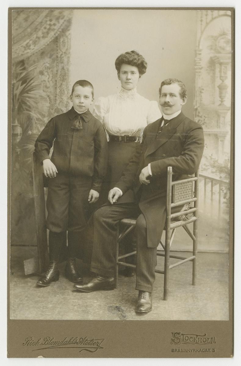 Porträtt av okänd familj.