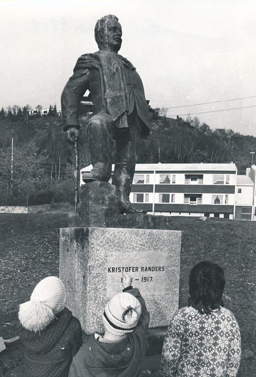 Statuen av Kristofer Randers av Arnold Haukeland. Dette bildet ble tatt da den var plassert nedenfor aldershjemmet på Borgundveien 199. Den ble opprinnelig oppsatt i Ålesund i 1951 og står nå på Fjellstua.
