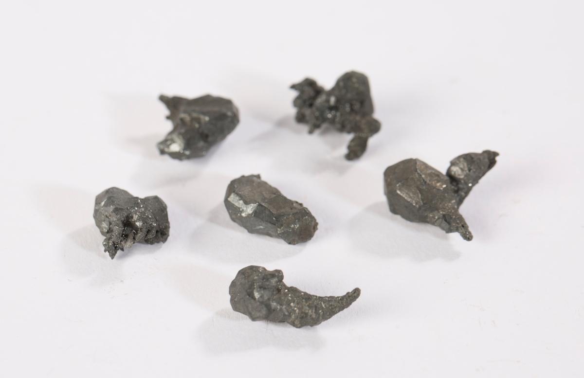 6 små stykker acanthitt (?) Vekt: 12,54 g