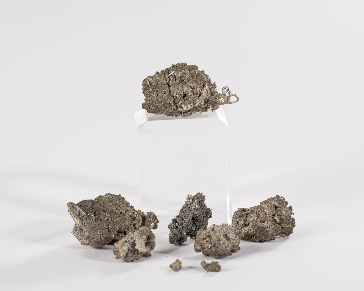 8 biter med mosesølv, med noen tråder Total vekt: 46,74 g