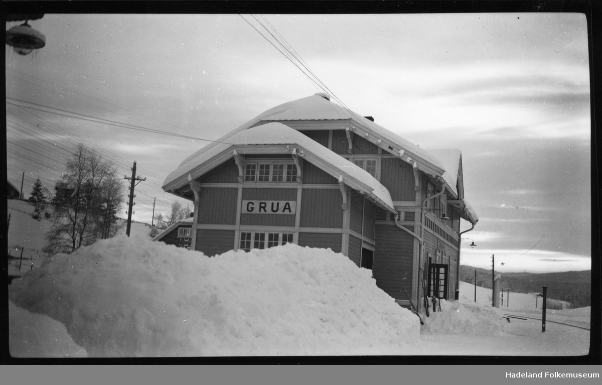 Vinterlandskap. Grua jernbanestasjon. Ski på perrongen.