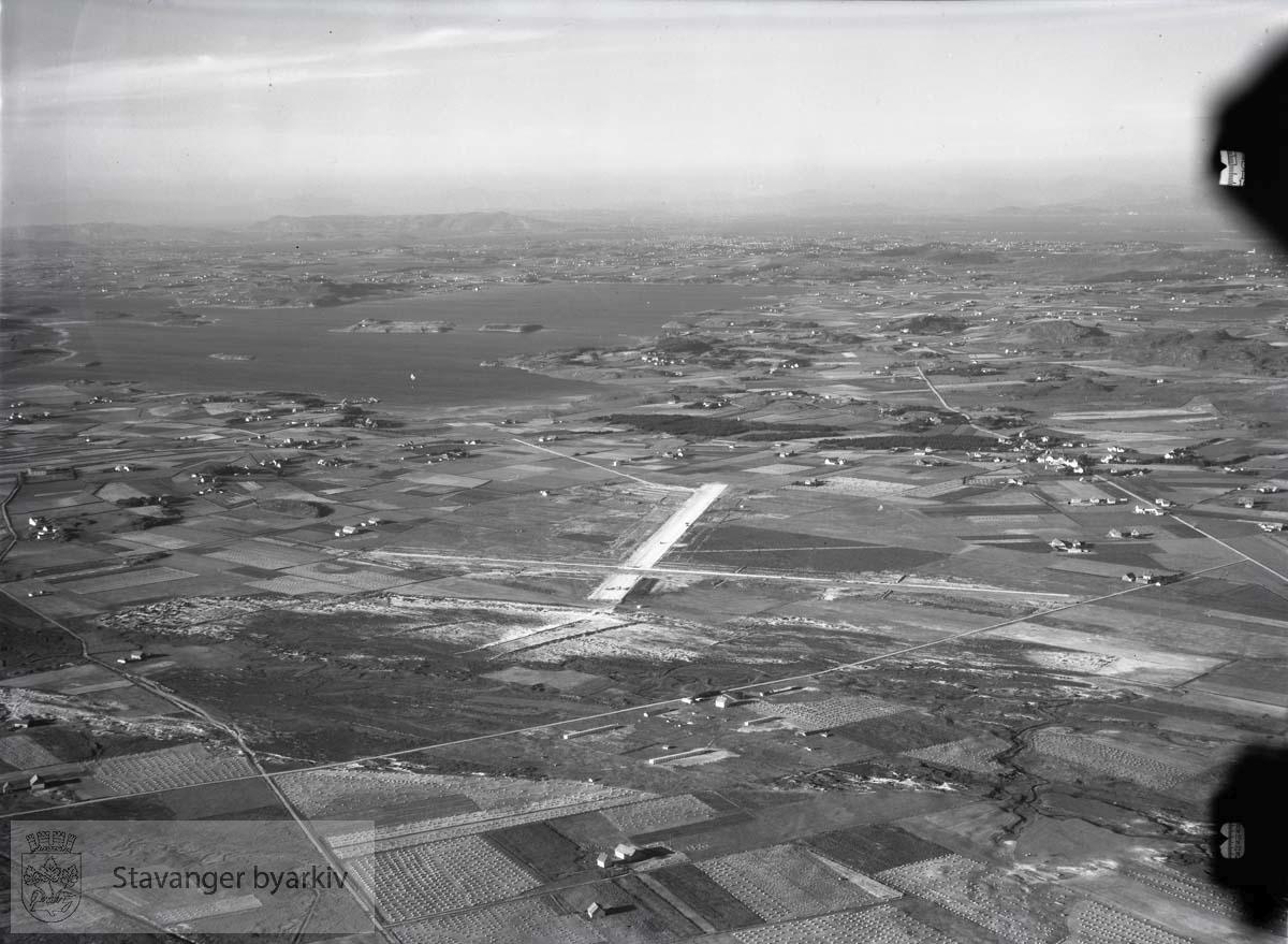 Anlegg av flyplassen. Til venstre Hafrsfjord, Madla. I bakgrunnen Rennesøy, Gandsfjord...