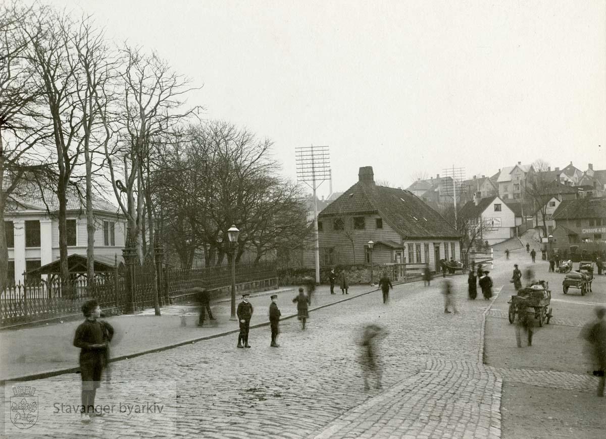 Alexander Kiellands hus under riving. Til venstre Kongsgård skole, i midten Olavskleven 2, Kiellandhuset. Til høyre Kirkegårdsstredet. .Kielland sitt barndomshjem som han flyttet tilbake til i 1888.