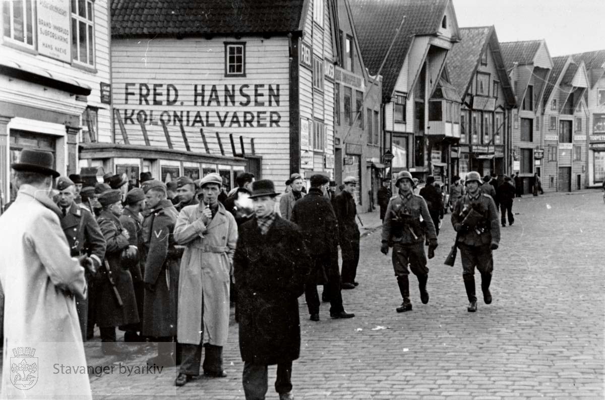 Tyske soldater og sivile nordmenn utenfor Fred Hansens Kolonial