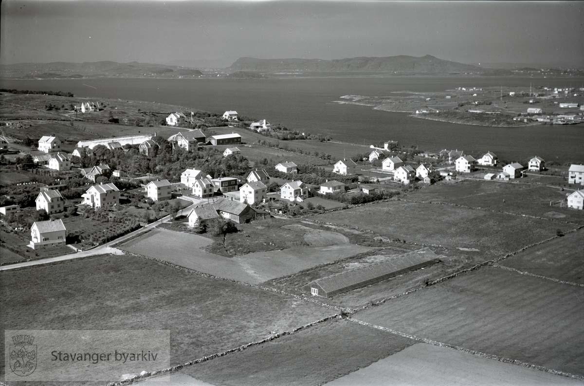 Tastaveden t.v. mot Ulsnes, Hundvåg. Åmøy og Rennesøy i bakgrunnen..På markene i forgrunnen ligger i dag Byfjord skole. I midten ser vi Vedeveien og Soltunveien...Kringveien, Høgeveien, Norheimskneiken, Høystemveien.
