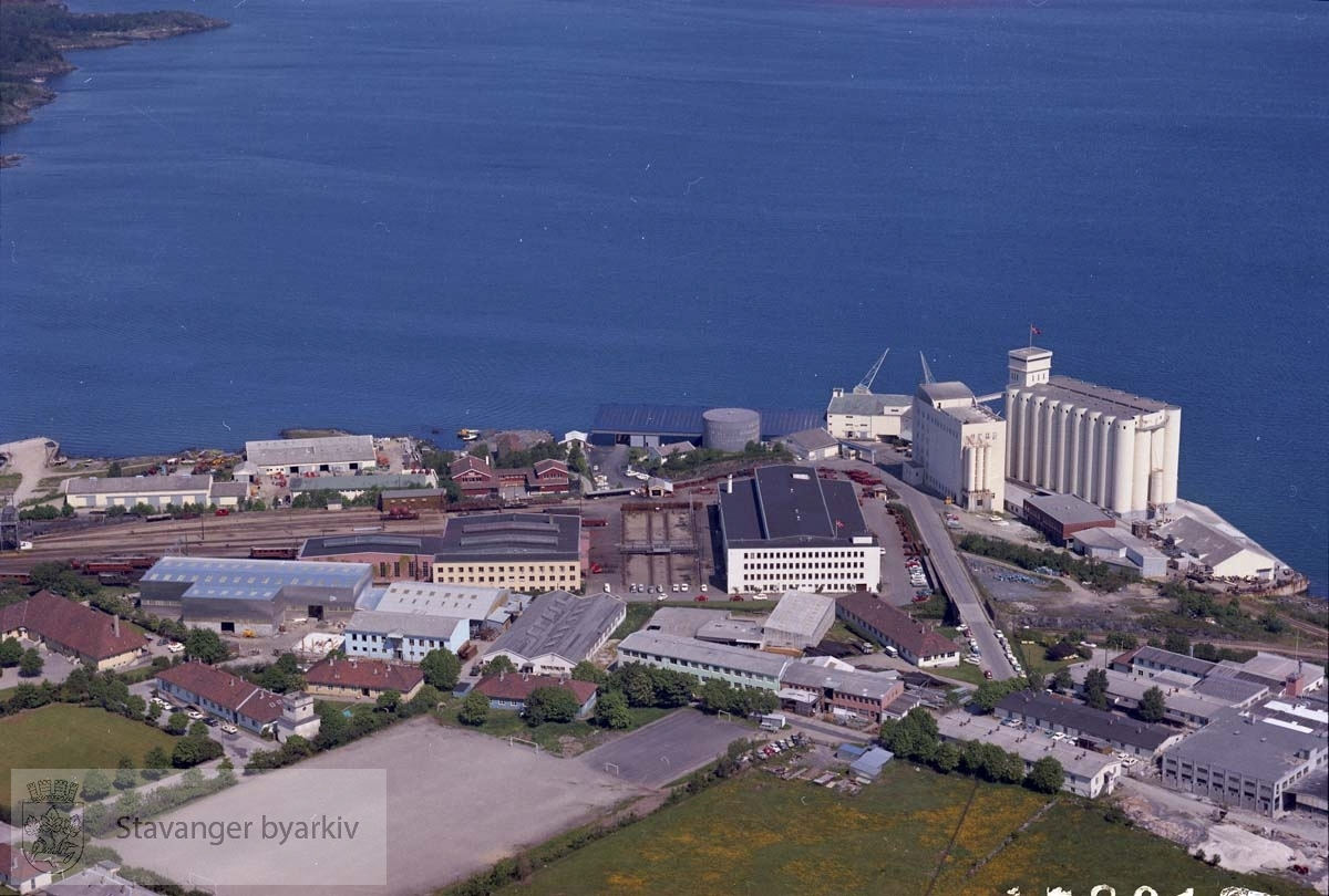 Industriområdet Kvaleberg bl.a. Felleskjøpet, Stavangerflint AS, NSBs verksted..Sandvikveien, Flintegata, Veumveien, Bergsagelveien. Gandsfjorden.