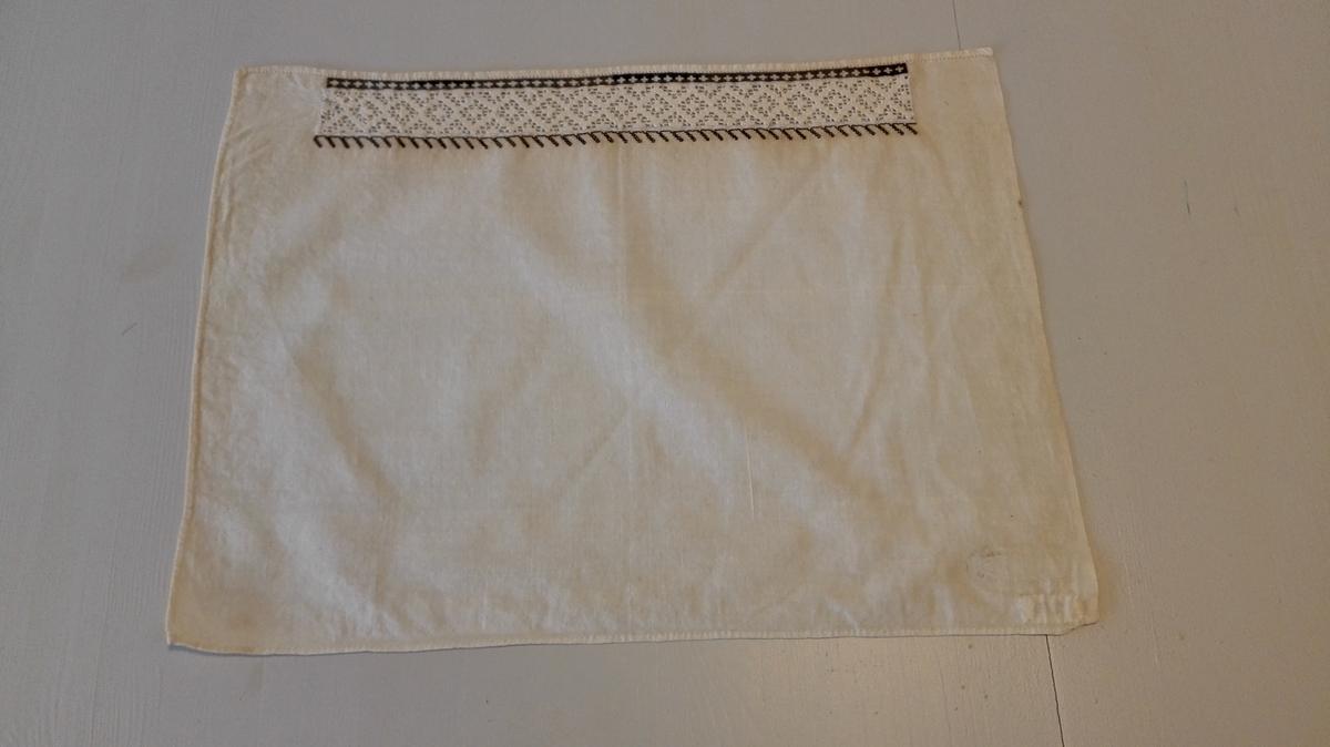1 Hyllik.  Hyllik som foregaaende, 29 x 39,5 cm. Har indfeldt en sognesöm med sortsömsbroderi paa kanterne.  Kjöpt av gaardbruker Kristen Flæte, Framfjorden.