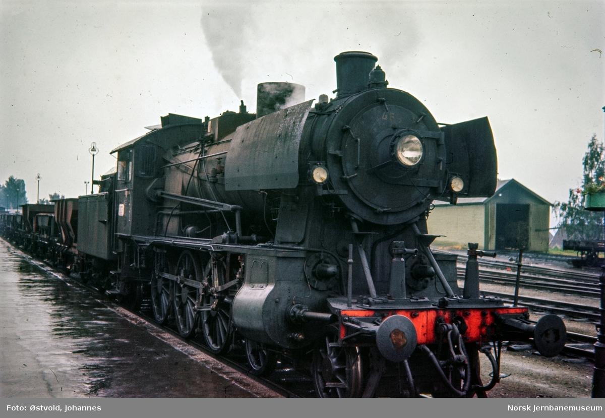Damplokomotiver type 30b nr. 366 med pukkvogner på Lillehammer stasjon.